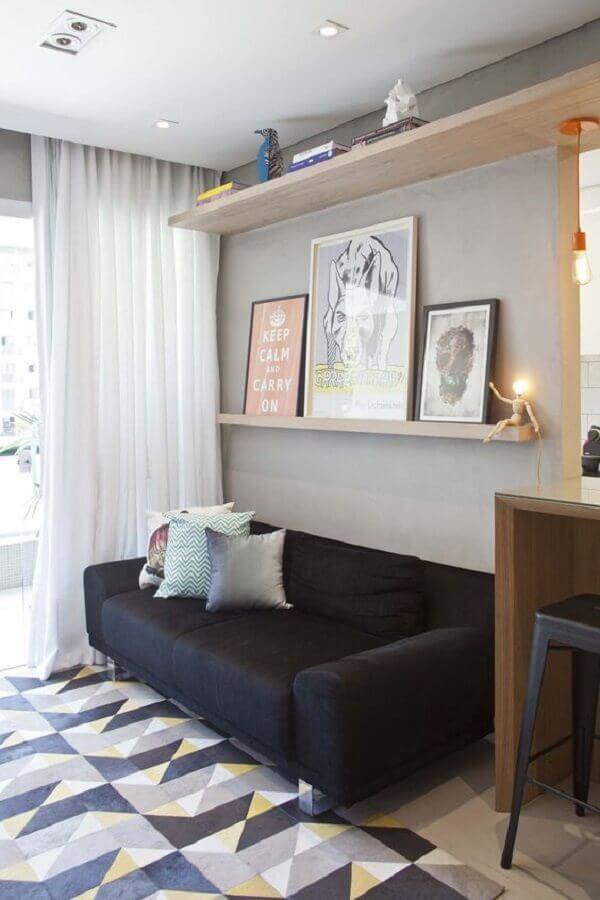decoração de sala com sofá preto e tapete geométrico Foto PKB Arquitetura