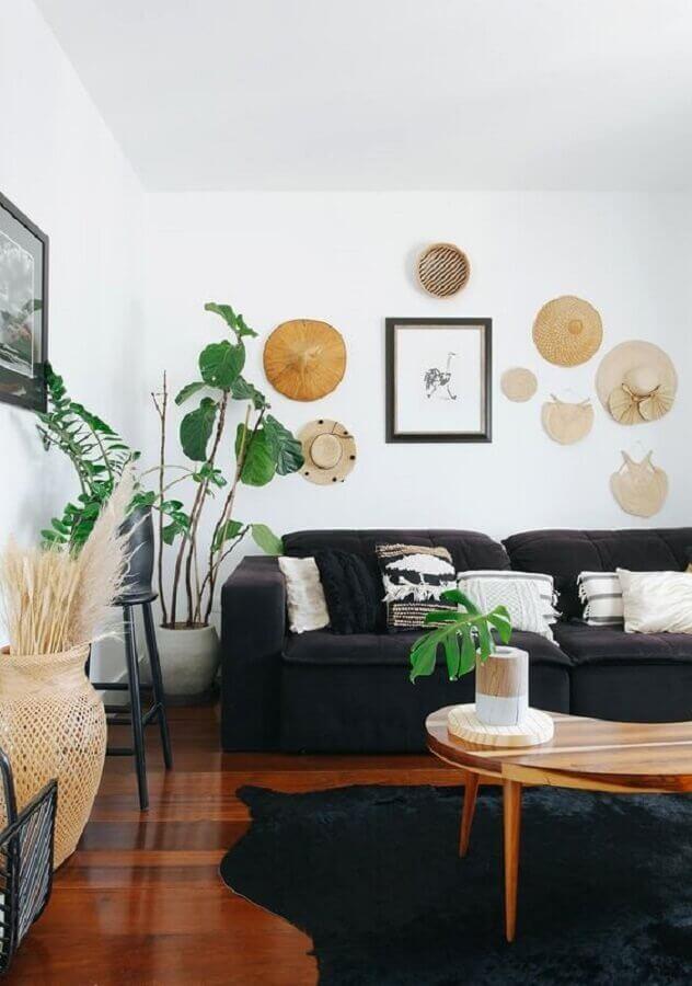 decoração de sala com sofá preto retrátil e mesa de centro de madeira Foto Histórias de Casa