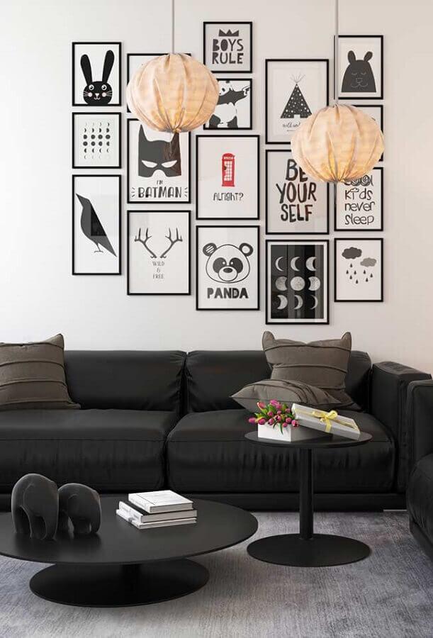 decoração de sala com vários quadros e sofá preto confortável Foto Otimizi