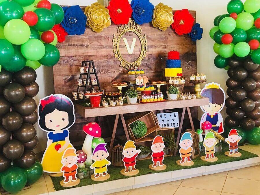 decoração festa branca de neve simples com painel de madeira e balões Foto Fondant Pasteles