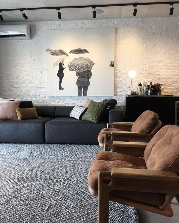 decoração moderna para sala com sofá preto e poltronas marrom Foto Studio Ro+Ca