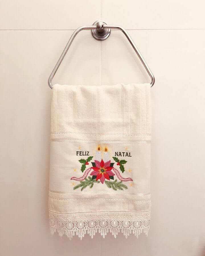 decoração natalina com toalha de rosto bordada Foto Edinea