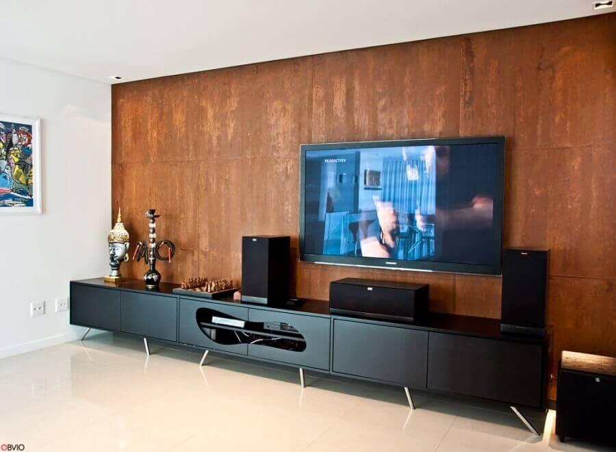 decoração para sala com rack preto e parede com revestimento aço corten  Foto Osvaldo Segundo Arquitetos Associados