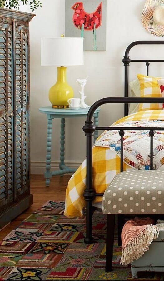 decoração simples com abajur para quarto com base amarela sobre mesa lateral azul Foto The Pictures WareHouse