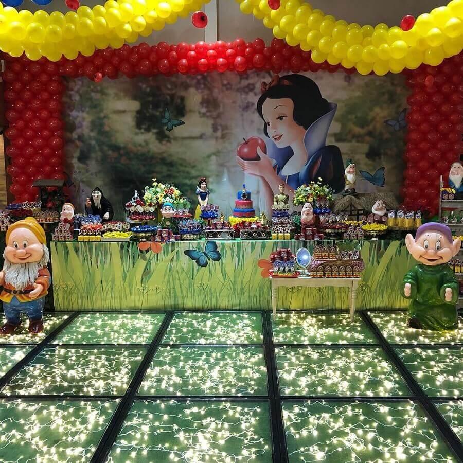 decoração sofisticada para festa branca de neve com piso de vidro iluminado com pisca pisca Foto Bolas e Balões