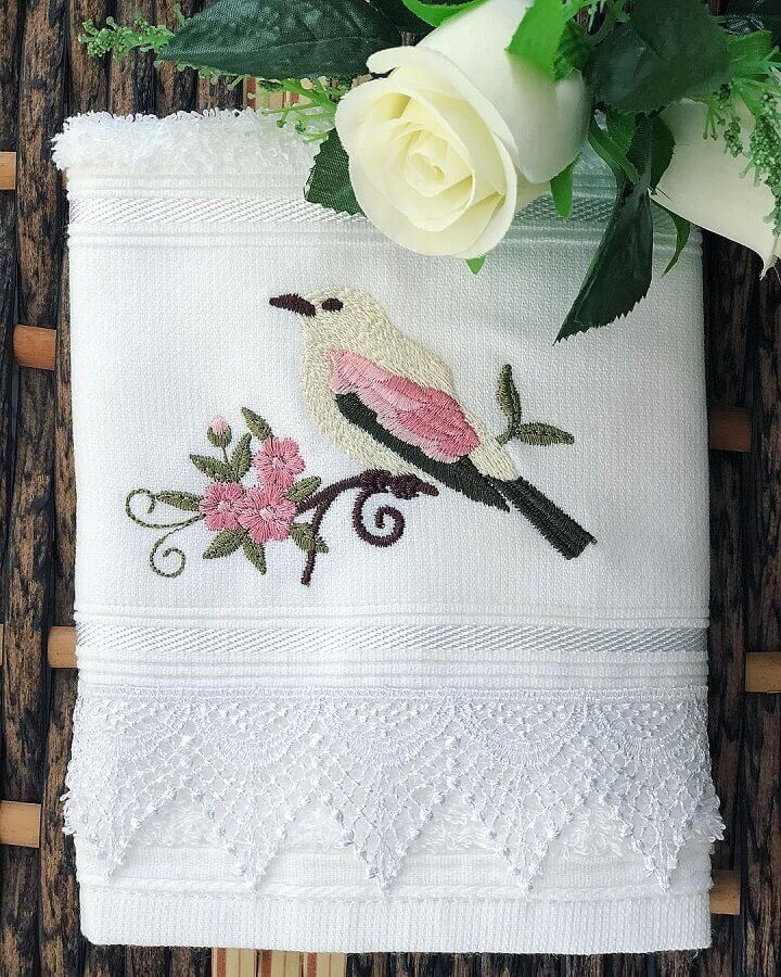 delicada toalha bordada com desenho de pássaro Foto Ateliê Ana Mello