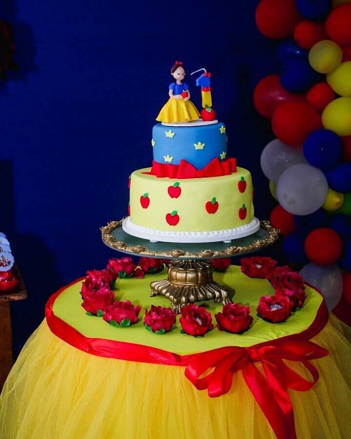 delicado bolo personalizado para festa da branca de neve Foto Bárbara Guimarães