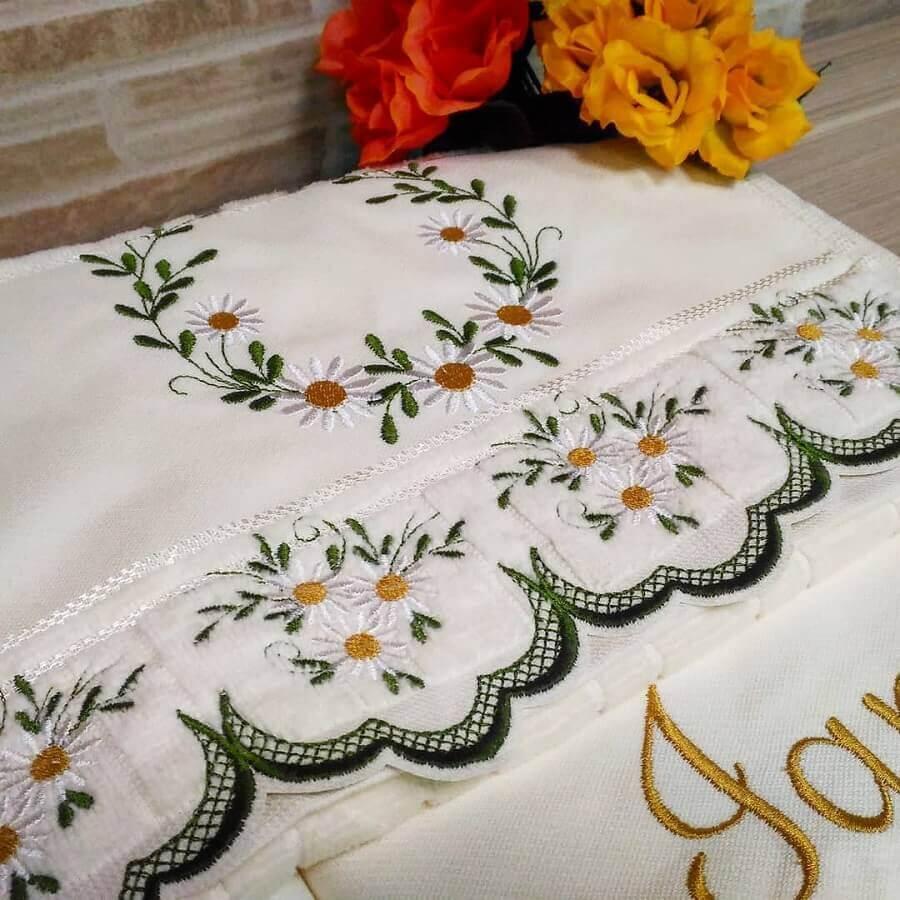delicado bordados em toalhas com estampa de flores Foto Ateliê Divino Bordado