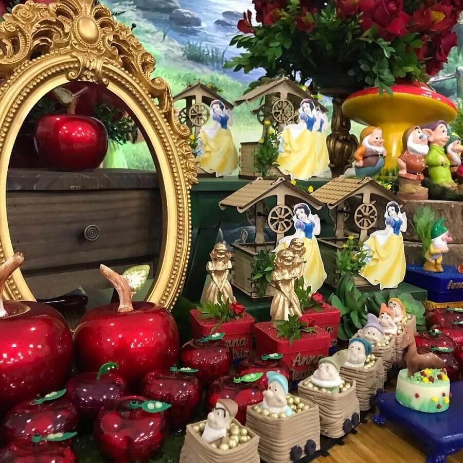 detalhes decorativos para mesa de festa da branca de neve Foto Karine Leite