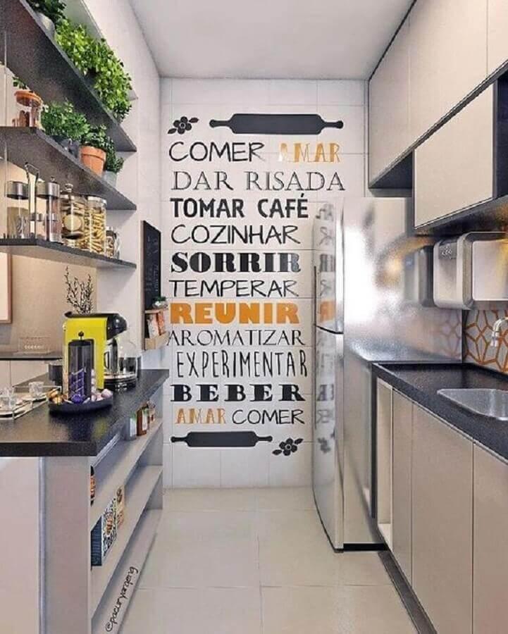 dicas de decoração para cozinha corredor com adesivos de parede Foto Aaron Guide