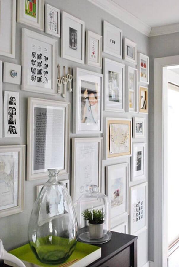 dicas de decoração para parede com vários quadros Foto Young House Love