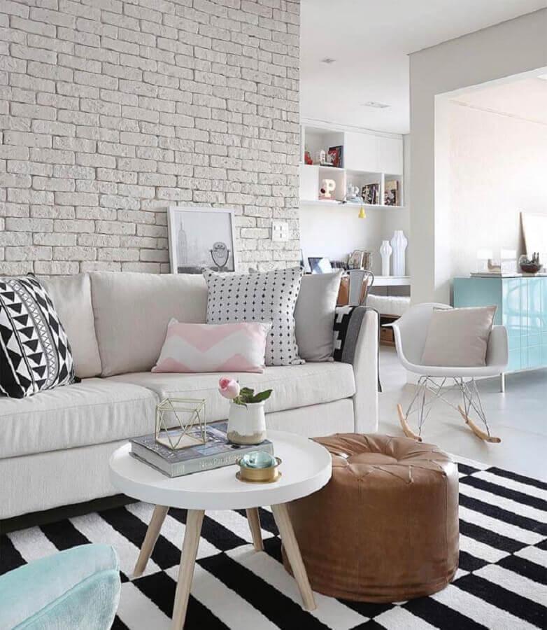 dicas de decoração para sala branca com parede de tijolinho e tapete listrado preto e branco Foto Mira e Destino