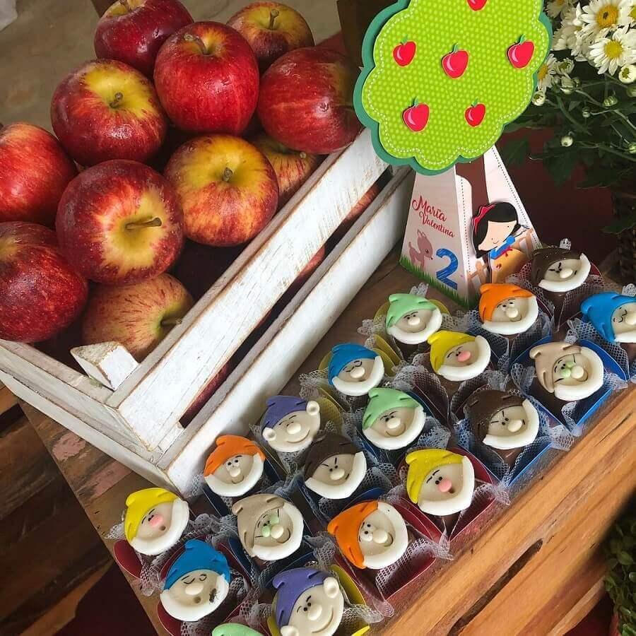 festa branca de neve decorada com cesto de maçãs Foto Ateliê Lilian Amaral