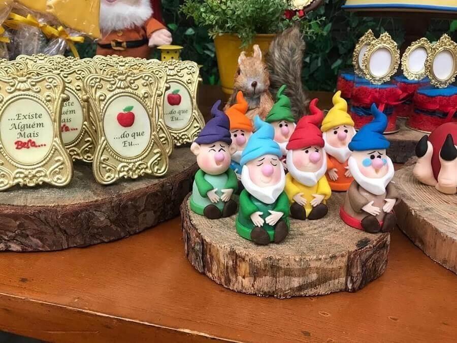 festa infantil branca de neve decorada com bonequinhos dos sete anões Foto Nina Ortega Cake Designer