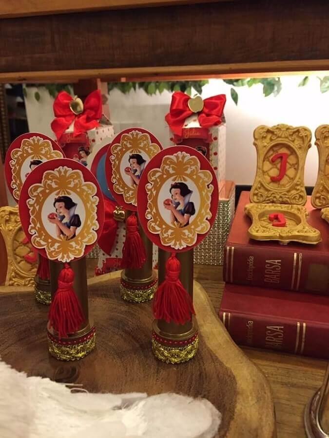 festa infantil branca de neve lembrancinhas com embalagem dourada Foto Pinosy