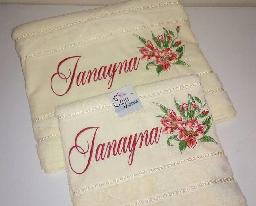 jogo de toalha bordada com nome e flores Foto Caju Bordados