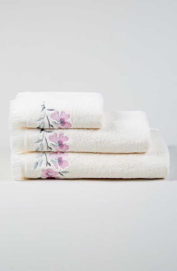 jogo de toalhas bordadas com flores Foto Mungo