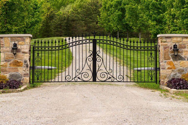 Portão de ferro compõem a entrada de chácara
