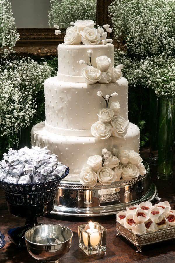lindo bolo bodas de pérola decorado com flores brancas e pequenas pérolas Foto Blog La Pequetita