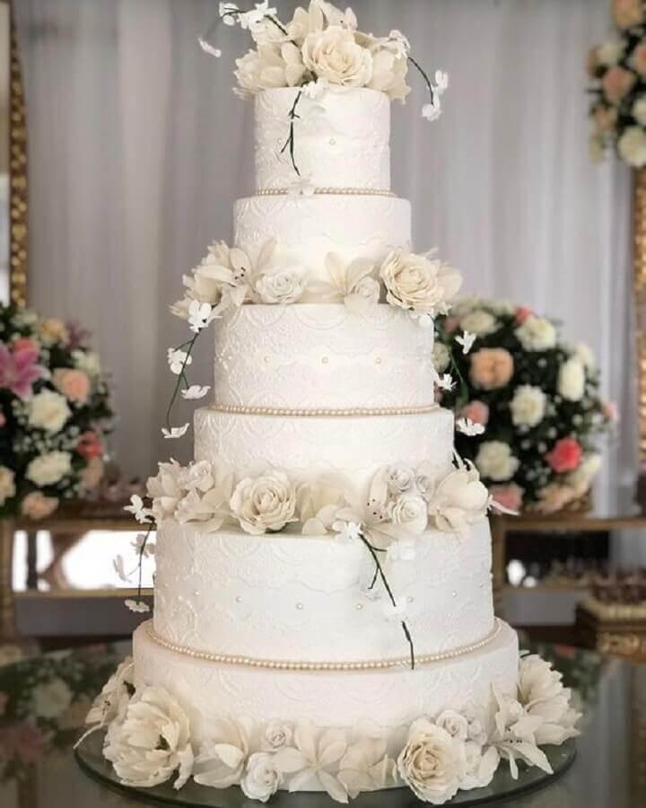 lindo bolo bodas de pérola decorado com flores brancas e rendas Foto Michelle Garibay Events