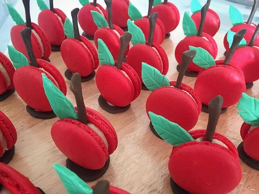 macarons em formato de maçã para decoração festa branca de neve Foto Carolina e Cedric Mérel