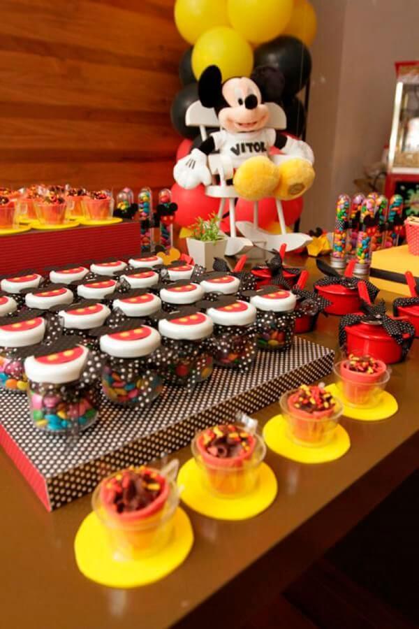 mesa com docinhos para festa infantil do mickey Foto 321achei