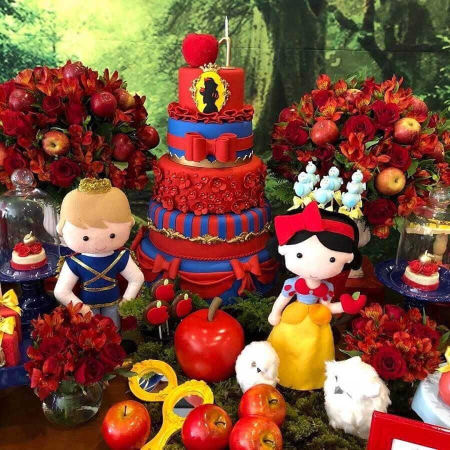 mesa de festa da branca de neve decorada com maçãs e bonecos dos personagens Foto Si Personalizados