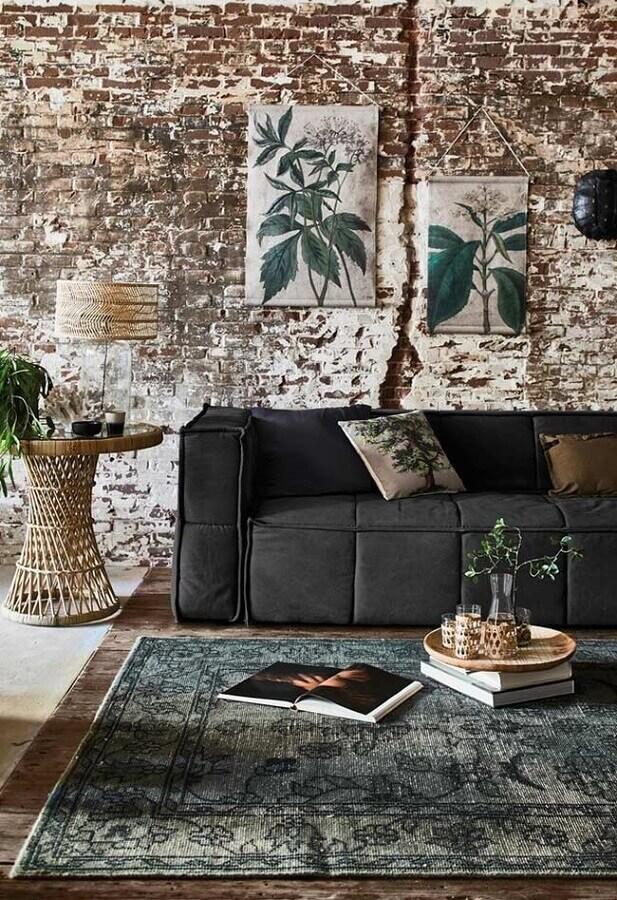 parede de tijolinho rústica para decoração de sala com sofá preto Foto Wants & Needs