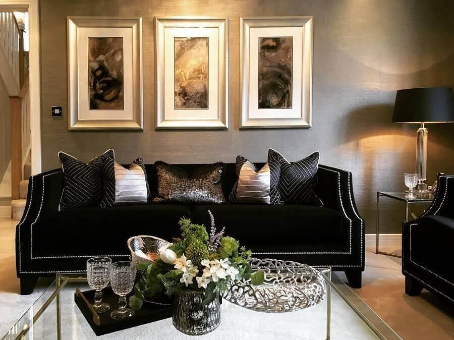 sala clássica decorada com sofá preto de veludo Foto Pinterest