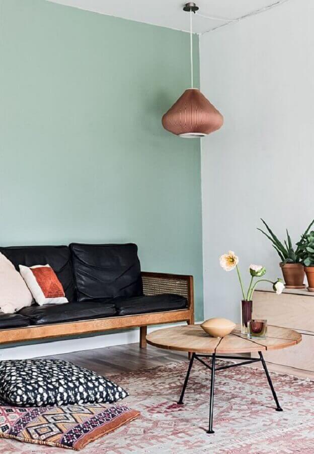sala simples decorada com sofá preto de madeira Foto Pinterest