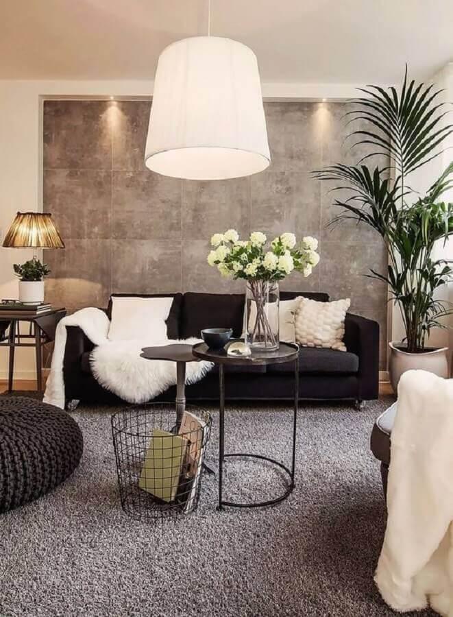 sofá preto para sala cinza decorada com puff de crochê Foto Histórias de Casa