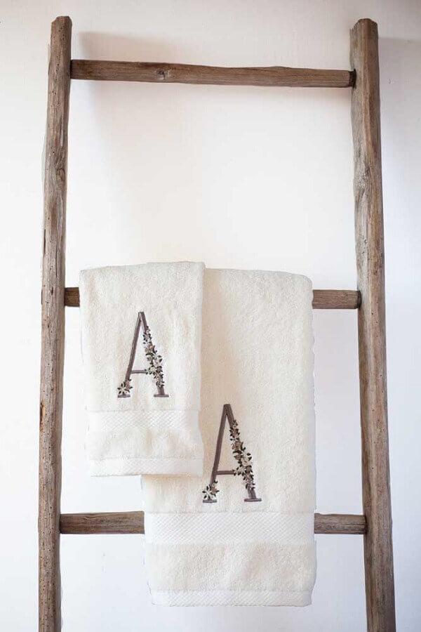 toalha bordada com letra Foto Etsy