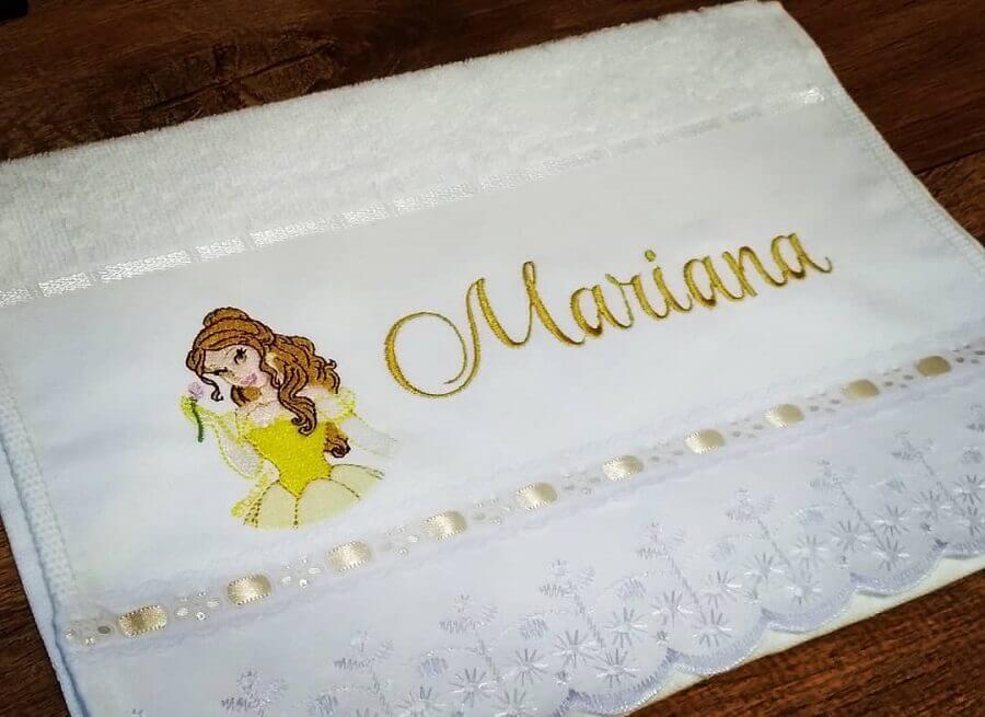 toalha bordada com nome e desenho de princesa Foto Cintia Missiato B. de Castro