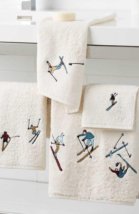toalha de banho bordada com homenzinhos esquiando Foto Pinterest