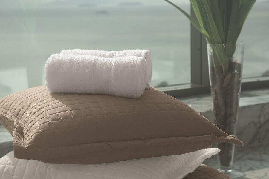 toalha de banho branco com almofadas
