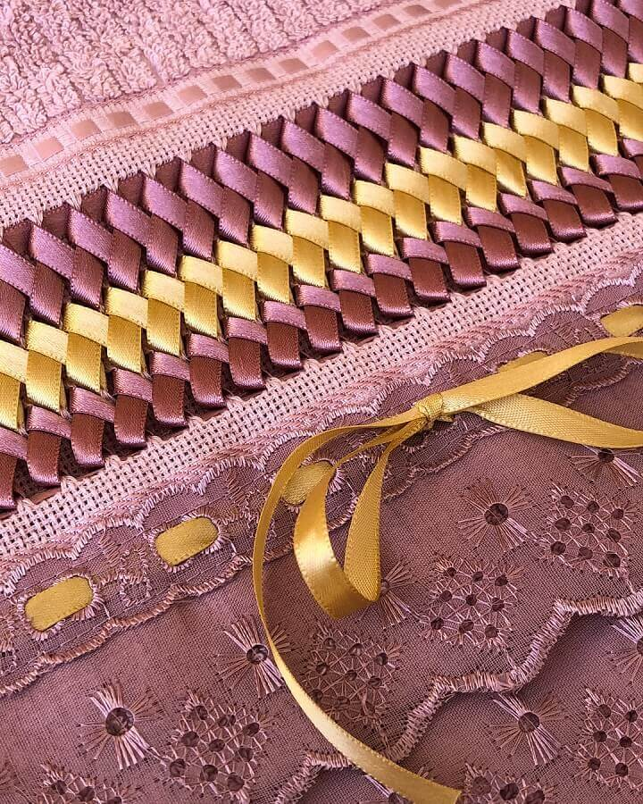 toalhas bordadas com fitas rosa e amarelas Foto Talheres Bordados e Presentes