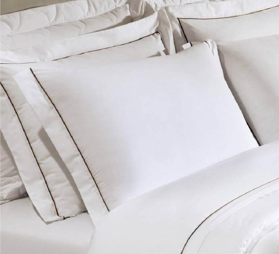 travesseiro de hotel com fronhas brancas