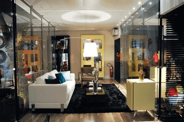 A mini geladeira retrô complementou a decoração da sala de estar