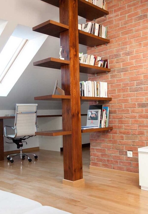A viga de madeira foi utilizada como prateleira de livros e itens decorativos