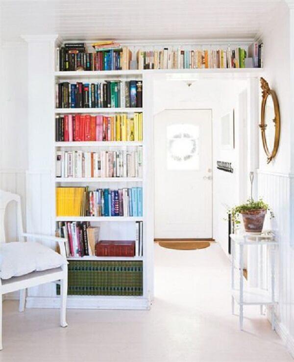 Aproveite o espaço do quarto alinhando a prateleira para livros com o recorte da parede
