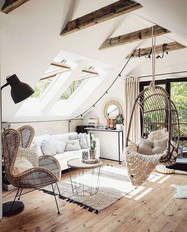 Aproveite as madeiras aparentes do sótão incluindo uma cadeira de balanço