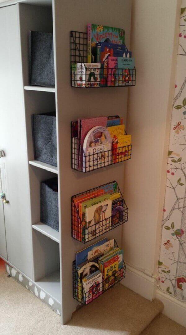 Que tal embutir prateleira para livros no armário do quarto?
