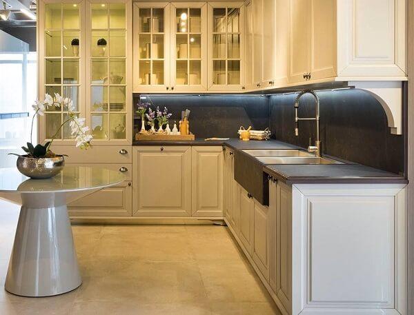 armário de cozinha em l com mesa de cone e piso de porcelanato