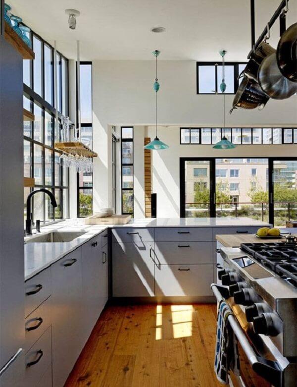 Cozinha em l com bancada em tons de azul