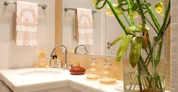 Banheiro decorado e energizado com bambu da sorte