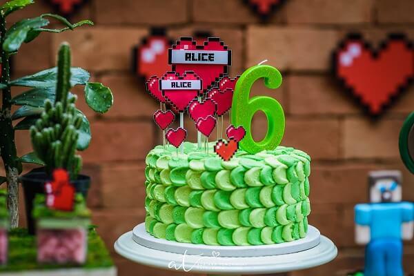 Bolo em tons de verde decorado para festa minecraft