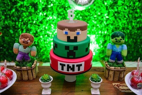 Bolo fake decorado com festa minecraft feito em três andares