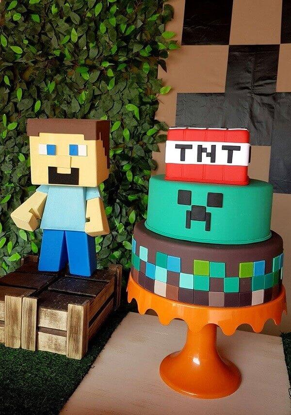 Bolo fake decorado com tema festa minecraft