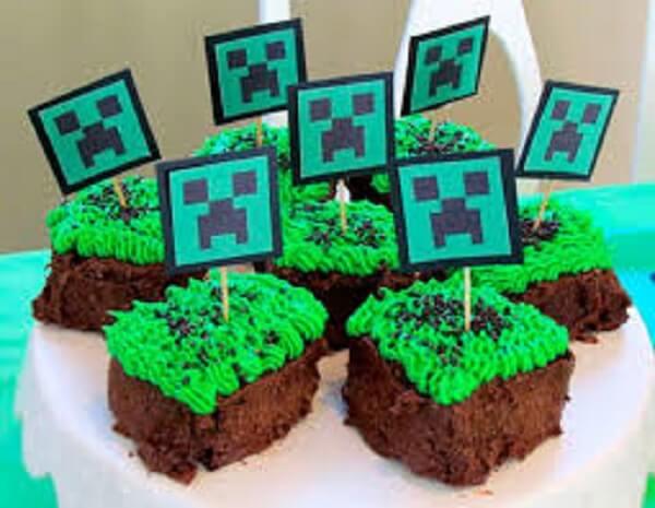 Brownie decorado com tema de festa minecraft