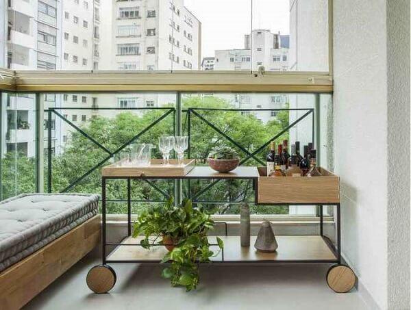 Carrinho bar com design criativo posicionado na varanda